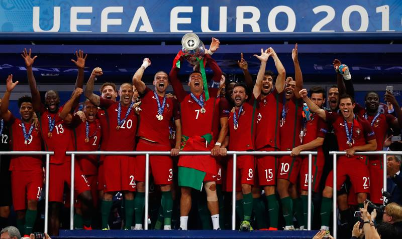 Portugal se corona campeón europeo; Cristiano alza la copa. Imagen: especial.