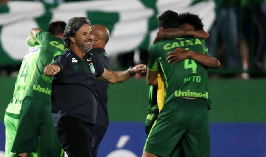 La alegría estalló tras el pase a la final de la Sudamericana; técnico y jugadores festejan. Especial.